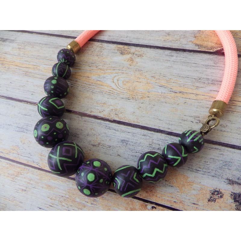 Collier corde et boules bois motifs ethniques
