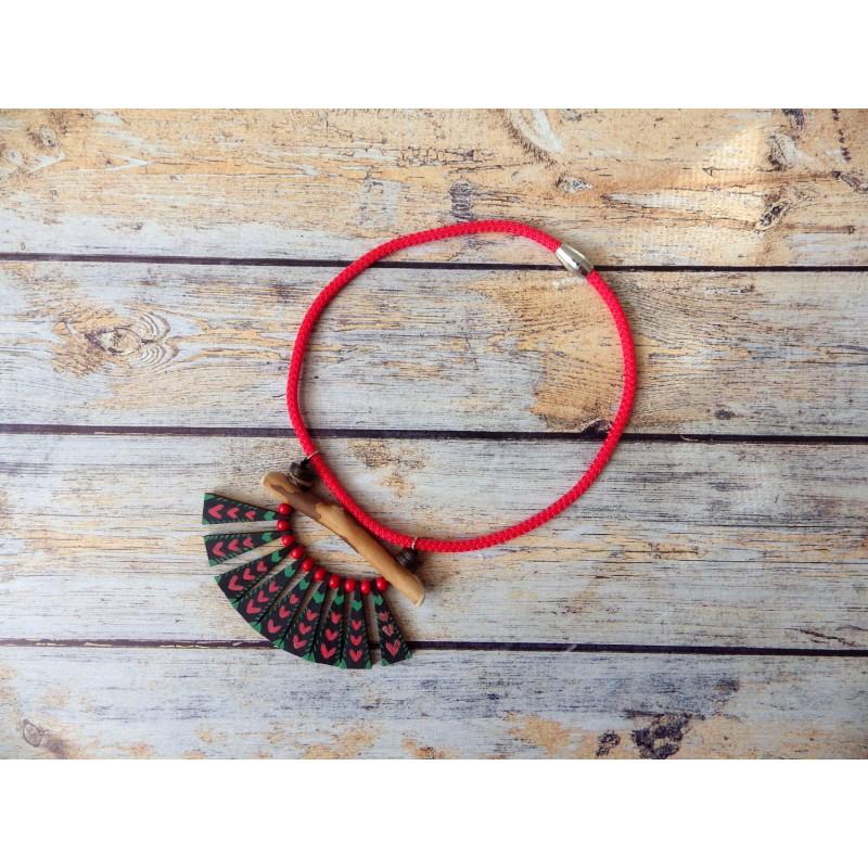 Colliers corde et triangles bois motifs ethniques