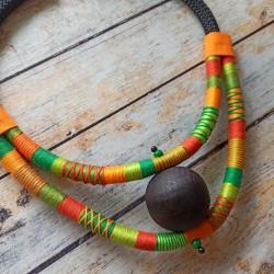 Colliers ethniques, fil coton et bois