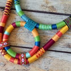 Collier plastron corde et fils multicolores