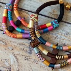 Collier plastron corde, bois et fil multicolore